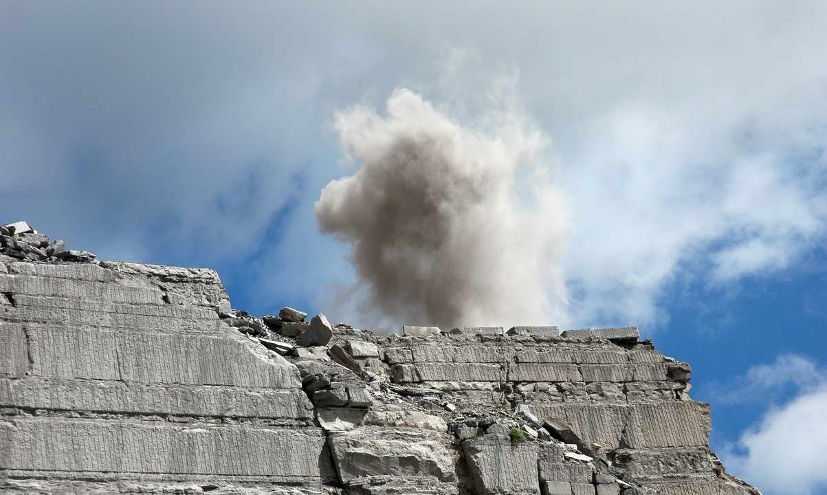 estrazione con dinamite della pietra serena